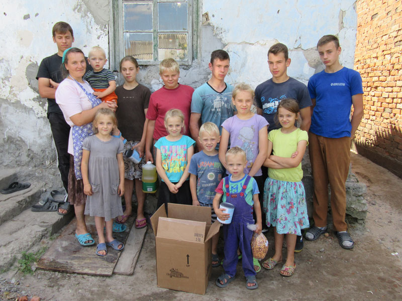 food-parcels-bless-hardworking-family-14